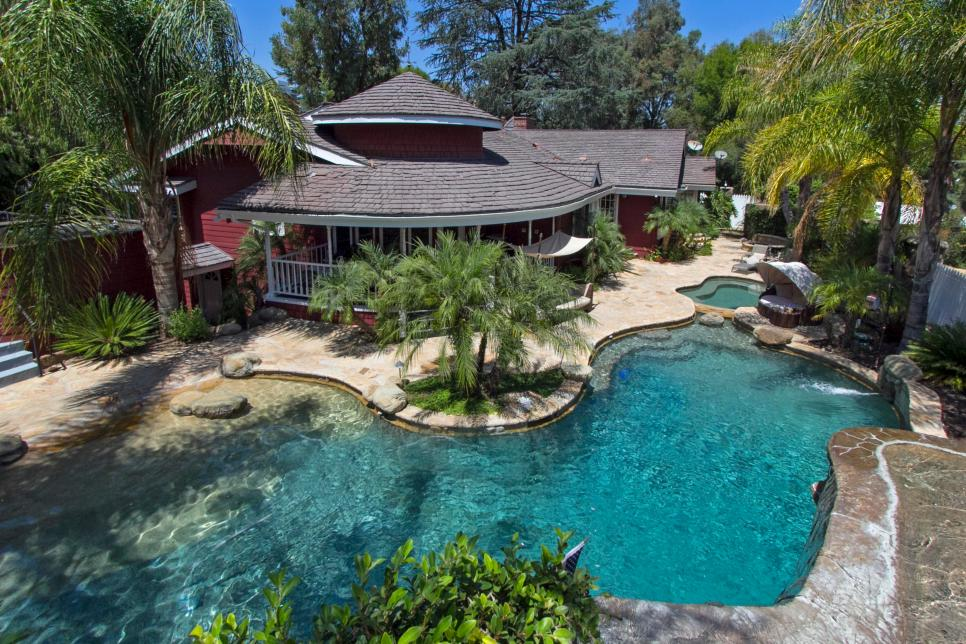 houses with swimming pools